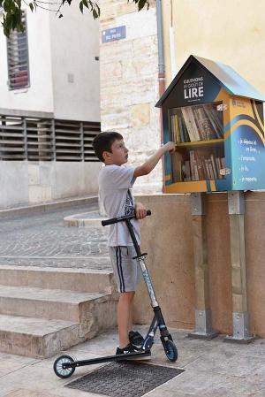 boite_a_livres_oustaou_rou_enfant.jpg